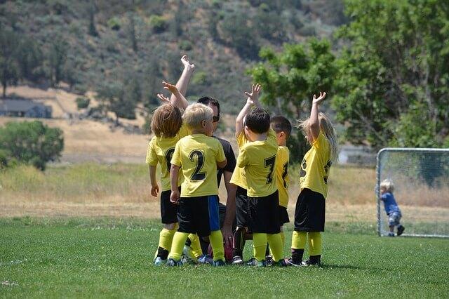 友達とサッカー
